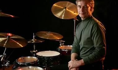 El 17 de mayo de1949 naceBill Bruford, baterista formó parte de los gruposYes,Gong,U.K.yKing Crimson