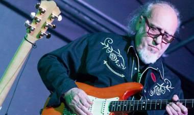 El 25 de mayo de1943 nace en MadridTony Luz, guitarrista que fue componente de Los Pekenikes, Zapatón y Bulldog