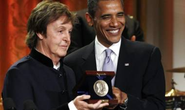 El 25 de mayo de 2010 Paul McCartney es distinguido por presidente estadunidense Barack Obama