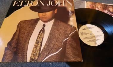 """El 18 de junio de 1984 Elton John lanza """"Breaking Hearts"""""""