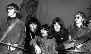 El 6 de julio de 1965 se forma el grupo Jefferson Airplane