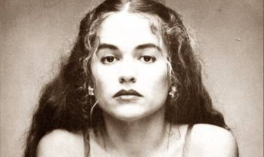 El 17 de julio de 1952 nace Nicolette Larson