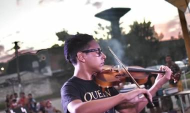 Dylan el pibe que trascendió gracias a la música que surge de su violín