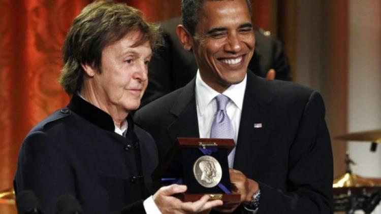 El 25 de mayo de 2010 Paul McCartney es distinguido por presidente estadunidense Barack Obama