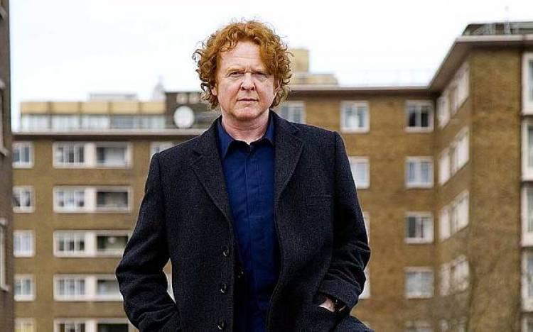 El 8 de junio de 1960 nace Nace Mick Hucknall, cantante de Simply Red