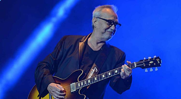 El 5 de octubre de 1952, nace David Lebón