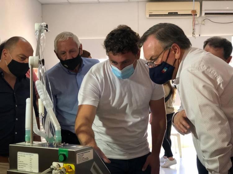 El Senador Michlig entregó 2 nuevos respiradores-ventiladores y 2 cascos Helmet para Moisés Ville y Arrufó